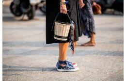 С чем носить модную в этом сезоне сумку-ведро?